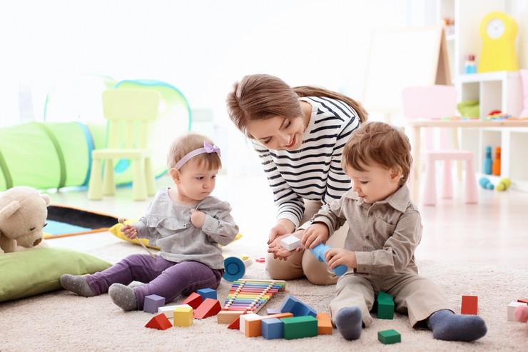 dadilja mama bebe deca porodica bejbisiterka shutterstock_1158884899