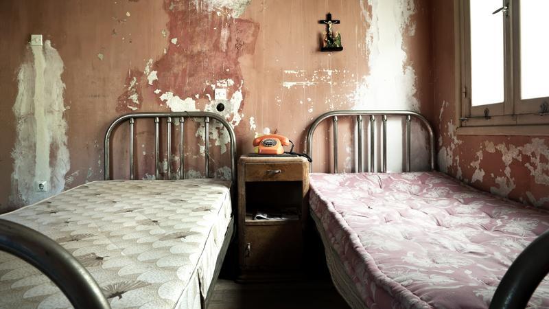Brudny pokój hotelowy