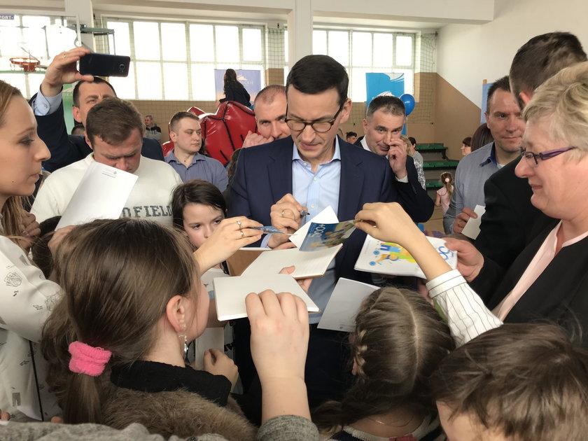 Kolejka po autograf od premiera