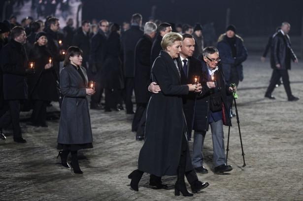 Prezydent Andrzej Duda z małżonką oraz były więzień Marian Turski podczas uroczystości wyzwolenia obozu Auschwitz