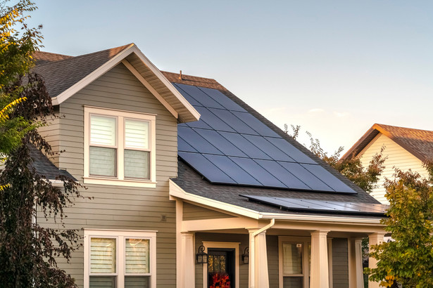 Chodzi o dotacje z unijnych środków na proekologiczne inwestycje (montowanie paneli słonecznych na budynkach itp.)