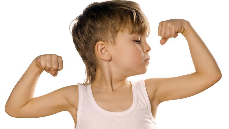 Dziecko prezentuje mięśnie