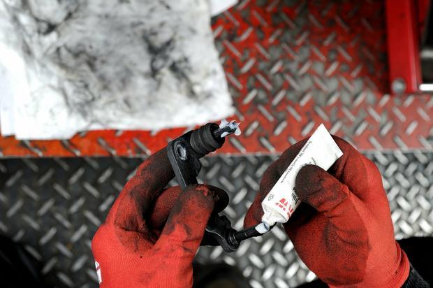 Smarowanie elementów prowadzących specjalnym smarem do hamulców