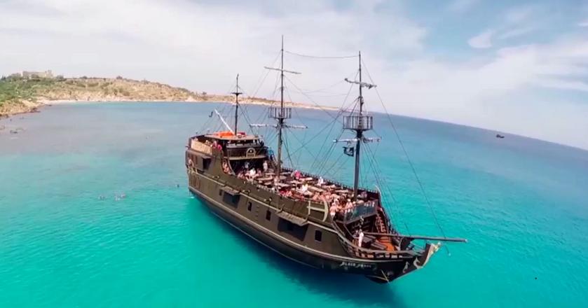 """BI: Piraci z Karaibów. Tym razem """"Czarna Perła"""" zabiera na pokład turystów"""
