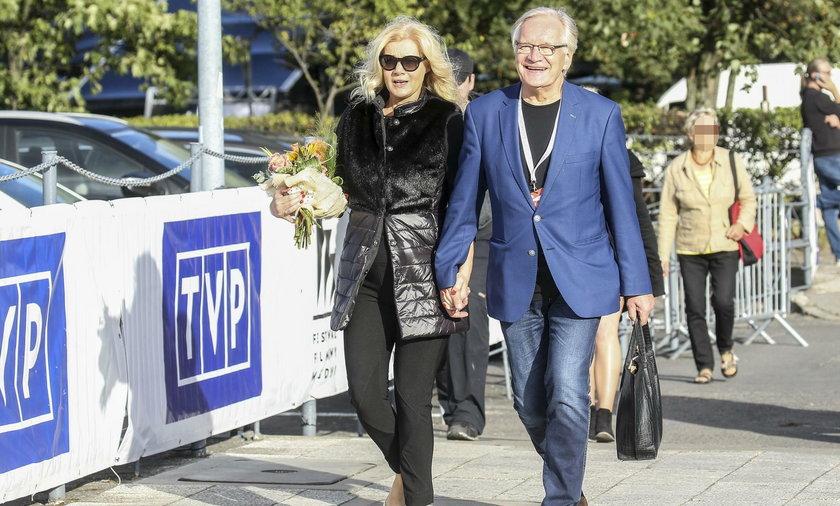 Andrzej Seweryn nosi żonie torebkę