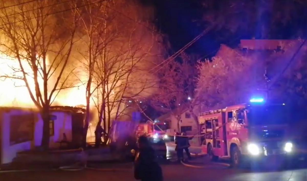 POŽAR NA KARABURMI Gori nekoliko kuća, više vatrogasnih ekipa bori se sa vatrenom stihijom