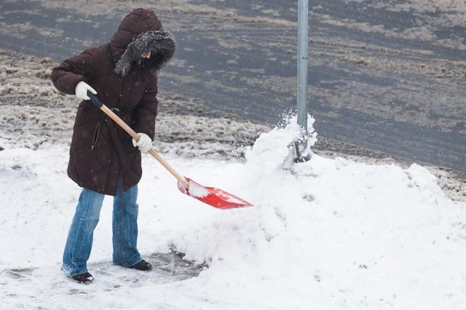 Sneg nemilosrdno pada, ne čekajte da vas zatrpa!