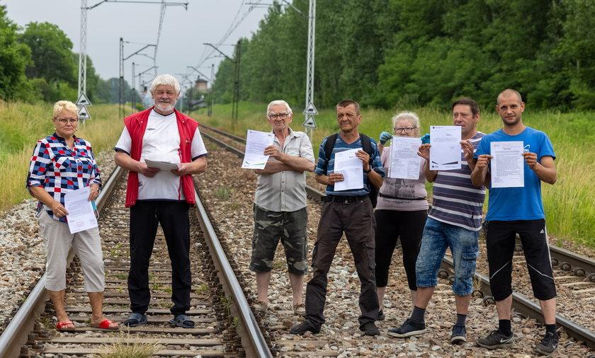 Mieszkańcy Dąbrowy Górniczej Gołonoga walczą o bezpieczne przejście przez tory.