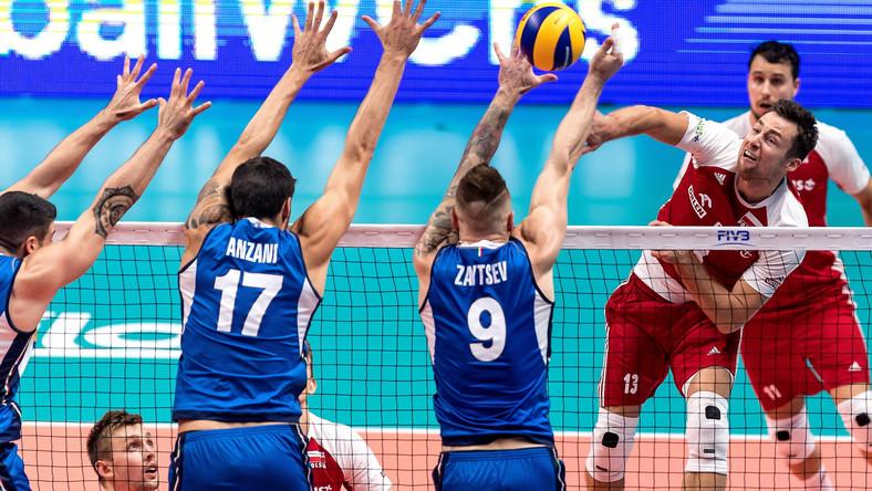 Polak Michał Kubiak (P) oraz Simone Anzani (2L) i Ivan Zaytsev (C) z Włoch