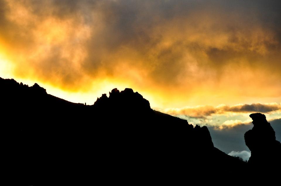 Góry toną w chmurach, które z kolei przybierają przedziwne kształty i zmieniają co chwilę swoje położenie. Chmury wydają się być przyczepione do pasm górskich i wyjątkowo nisko zawieszone na niebie.