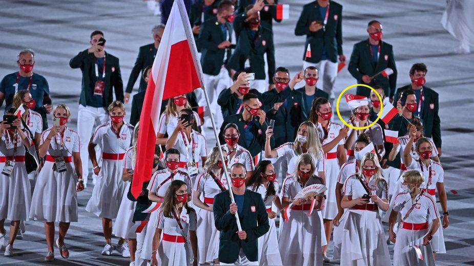 Polka z flagą Singapuru na ceremonii otwarcia IO