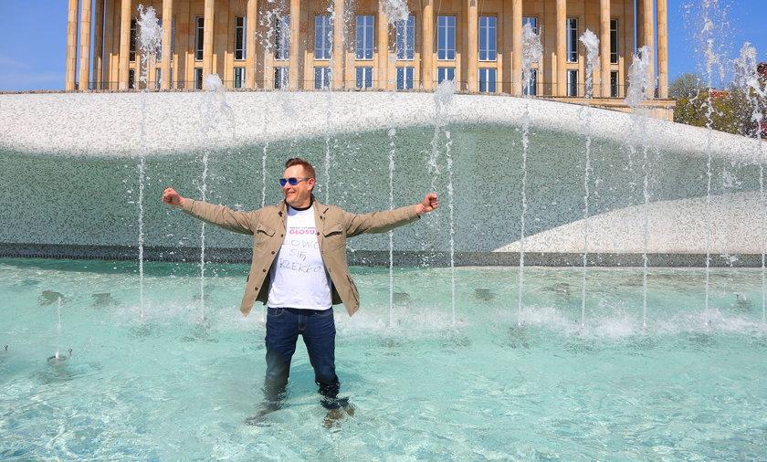 Dyrektor Grzegorz Justyński wykąpał się w fontannie