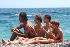 """""""НЕ ХРАНЕ ИЛИ ПИЋЕ ДОЗВОЉЕН"""" Grci ove godine na plažama imaju jasnu poruku za PARADAJZ TURISTE (FOTO)"""