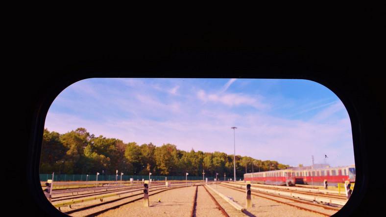"""""""Pierwsza wycieczka metrem na Kabaty i to niesamowite wrażenie pustki - gdzieś za plecami bloki Natolina, wokół pola, łąki, chaszcze i zarośla, a na horyzoncie Stacja Techniczno-Postojowa i linia Lasu Kabackiego"""", można przeczytać na blogach poświęconych historii budowy metra. """"Dziś - nie do uwierzenia"""", choćby dlatego, że nowo powstałe bloki sięgają niemal ogrodzenia głównej siedziby Warszawskiego Metra."""