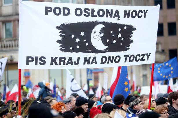 """Pikieta """"Wolne media"""" zorganizowana przez Komitet Obrony Demokracji"""