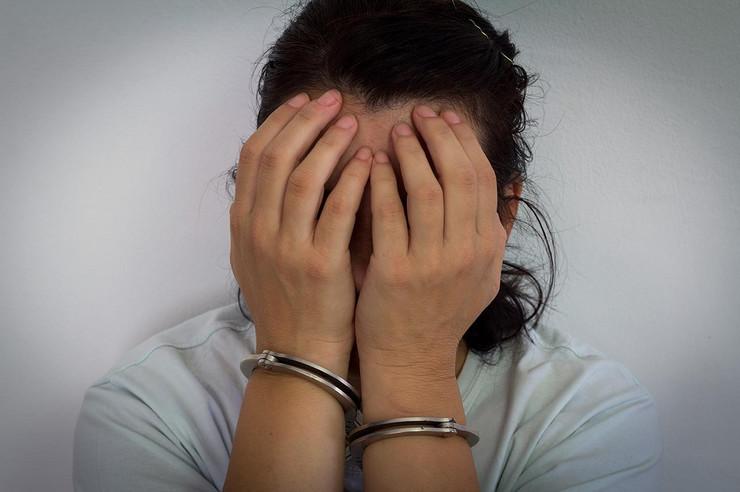 Žene žena hapšenje pokrivalica