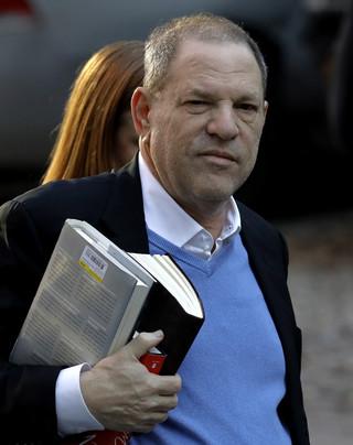 Weinstein stawił się na policji, usłyszy zarzuty m.in. gwałtu