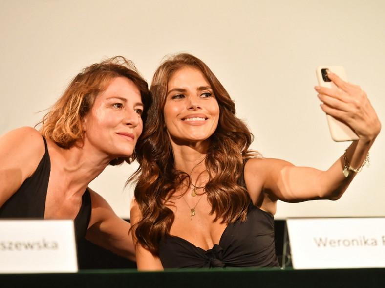 36-letnia Weronika Rosati wręcz przeciwnie. Który look wolicie?