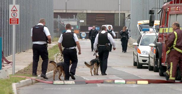 Policjanci w ośrodku deportacyjnym Harmondsworth