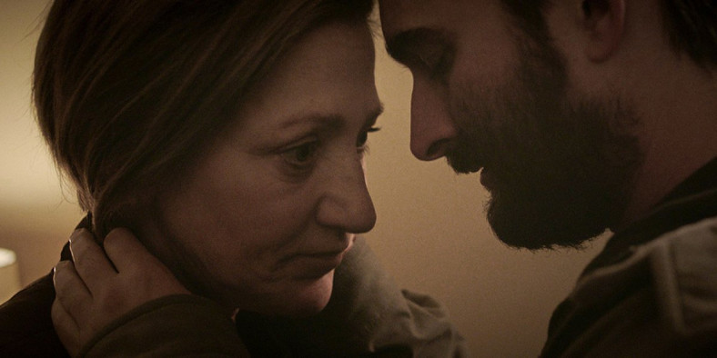 "Edie Falco i Jay Duplass w filmie ""Outside In"""