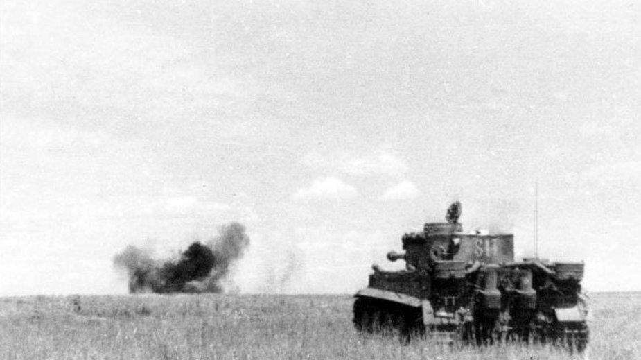 PzKpfw VI Tiger otwiera ogień do nieprzyjacielskiego czołgu