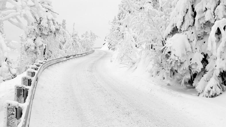 Droga pokryta śniegiem