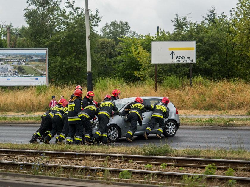 Dachowanie volkswagena na Włókniarzy w Łodzi