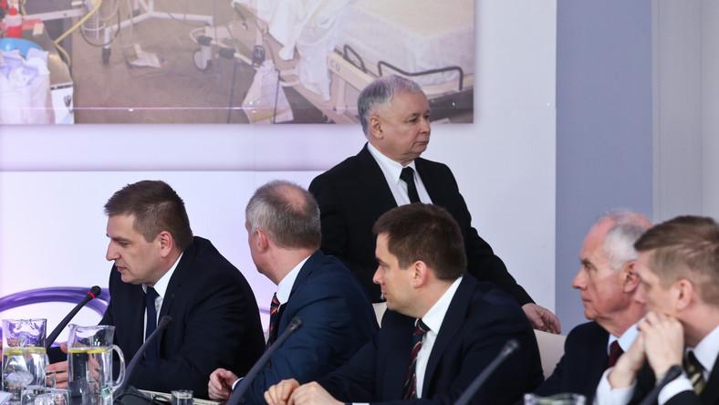 Prezes PiS Jarosław Kaczyński opuszcza salę, z lewej siedzi minister zdrowia Bartosz Arłukowicz, podczas debaty PiS nt. sytuacji w służbie zdrowia