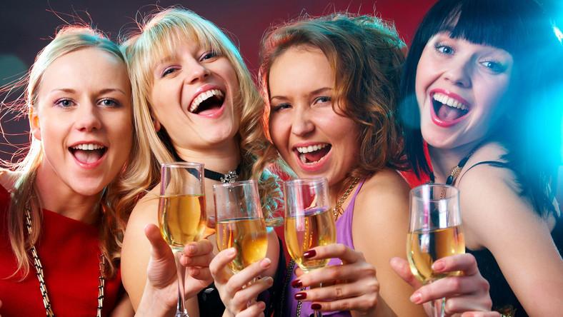 Alkohol smakuje bardziej w głośnym towarzystwie