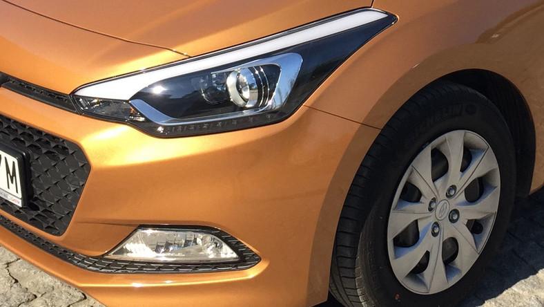 Hyundai i20 zadebiutował w 2008 roku i zastąpił na rynku model getz. Po drodze samochód przeszedł lifting, aż wreszcie przyszła pora na drugie wcielenie tego auta klasy B. Koreański koncern właśnie wjechał do Polski nową generację i20. Zobacz, jak wygląda i ile kosztuje najmłodsze dziecko Hyundaia. Skoda i Toyota płoną ze wstydu…