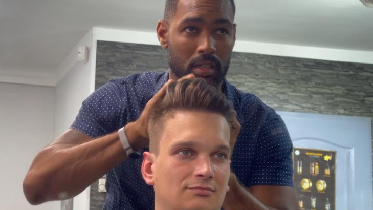 Nemsokára kész a frizura, Arthur King munka közben (Fotó: Blikk)