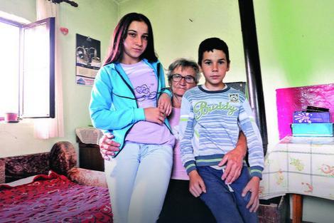 """Slikovni rezultat za Otac im se ubio, majka ih ostavila: """"Stiže zima, a meni nema ko jaknu da"""