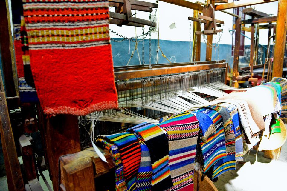 Mantas Alentejanas - słynna na całym świecie manufaktura z ręcznie tkanymi dywanami, pledami i kocami.