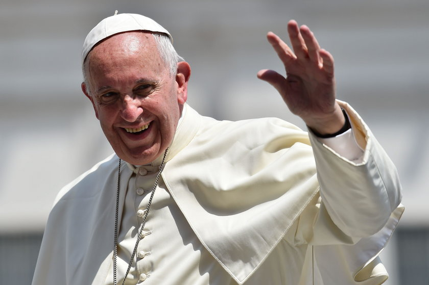 Co śpiewa papież przy goleniu?