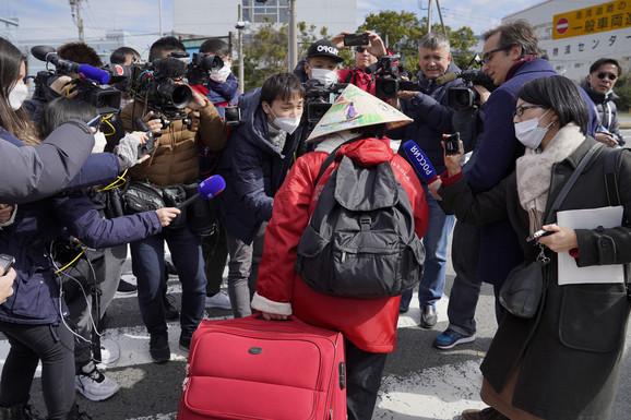 Novinari saleću prve putnike koji su se iskrcali s broda