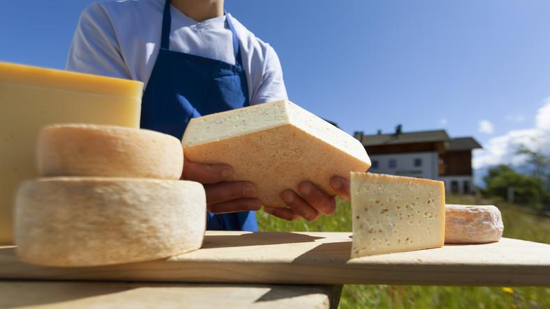 Tyrol chwali się tym co dobre. U stóp Dolomitów turyści mogą spróbować serów przyrządzanych przez tyrolskie gospodynie: wyrafinowane twarde sery dojrzewające, delikatne sery pleśniowe czy miękkie mozarelle