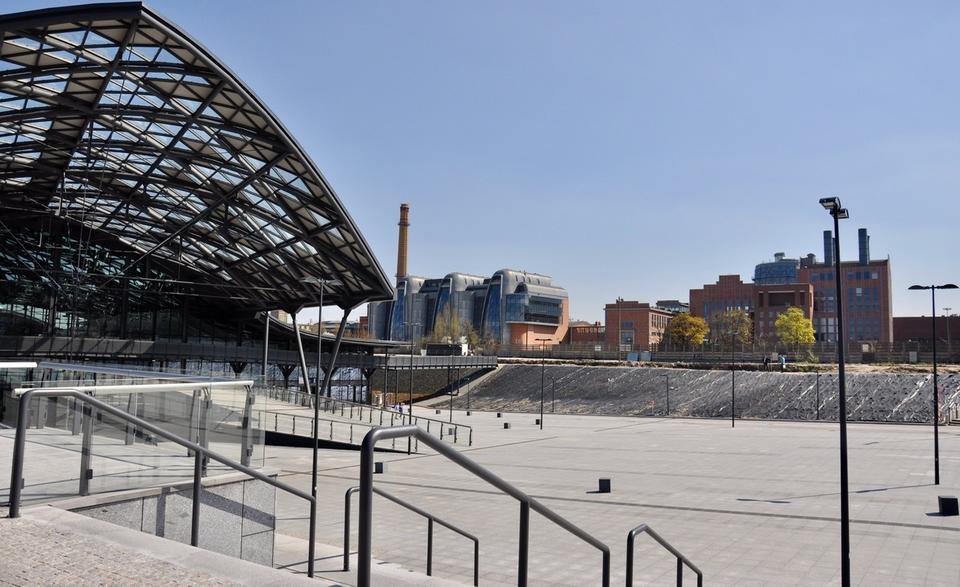 Również Łukasik docenia rolę Łodzi Fabrycznej w transformacji miasta. - Nowy dworzec to symbol próby zahamowania odpływu młodych, zdolnych i kreatywnych mieszkańców miasta do Warszawy. Ma on wręcz katalizować ruch w drugą stronę, przyciągać pracowników ze stolicy do Łodzi - mówi architekt.