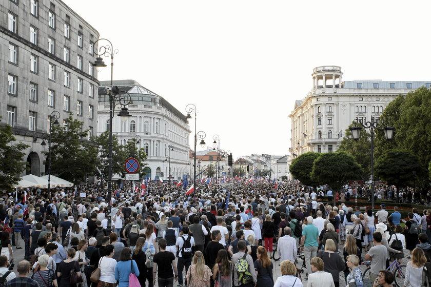 Manifestacja pod Palacem Prezydenckim