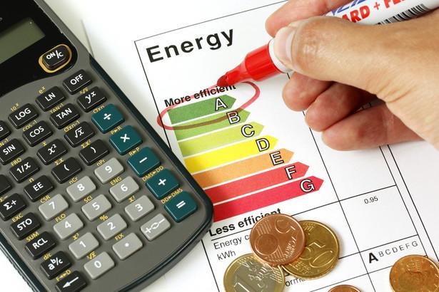 """Etykieta energetyczna Etykieta energetyczna to specjalna nalepka lub tabliczka umieszczana w widocznym miejscu na urządzeniach AGD (oraz niektórych sprzętach RTV), która zawiera informacje o klasie efektywności energetycznej oraz innych parametrach technicznych naszego sprzętu. Obecnie znajdziemy ją m.in. na pralkach, lodówkach, zmywarkach, klimatyzatorach, suszarkach czy telewizorach. Wkrótce katalog sprzętów, których producenci będą zobligowani do umieszczenia etykiety energetycznej, poszerzy się m.in. o odkurzacze, piekarniki oraz kotły grzewcze. Etykieta energetyczna informuje nas przede wszystkim o jednej z siedmiu (w przypadku niektórych urządzeń - nawet dziesięciu) klas efektywności energetycznej, które oznaczone są literami alfabetu od A (urządzenie najbardziej wydajne) do G (najbardziej """"prądożerny"""" sprzęt). Produkty o bardzo wysokim poziomie efektywności energetycznej mogą być dodatkowo oznaczane plusami (od A+ do A+++). Na etykiecie energetycznej może pojawić się również znak graficzny """"Ecolabel"""", który informuje nas o tym, że danemu modelowi przyznano oznakowanie ekologiczne Unii Europejskiej. Oprócz etykiety, każdy sprzęt elektryczny sprzedawany na terenie UE powinien być wyposażony w kartę produktu, która zawiera dodatkowe dane techniczne dotyczące sprzętu."""
