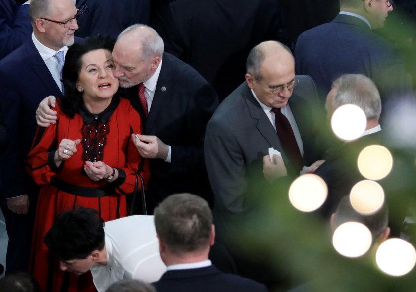Macierewicz dzieli się opłatkiem w Sejmie. Całuśne zdjęcia!