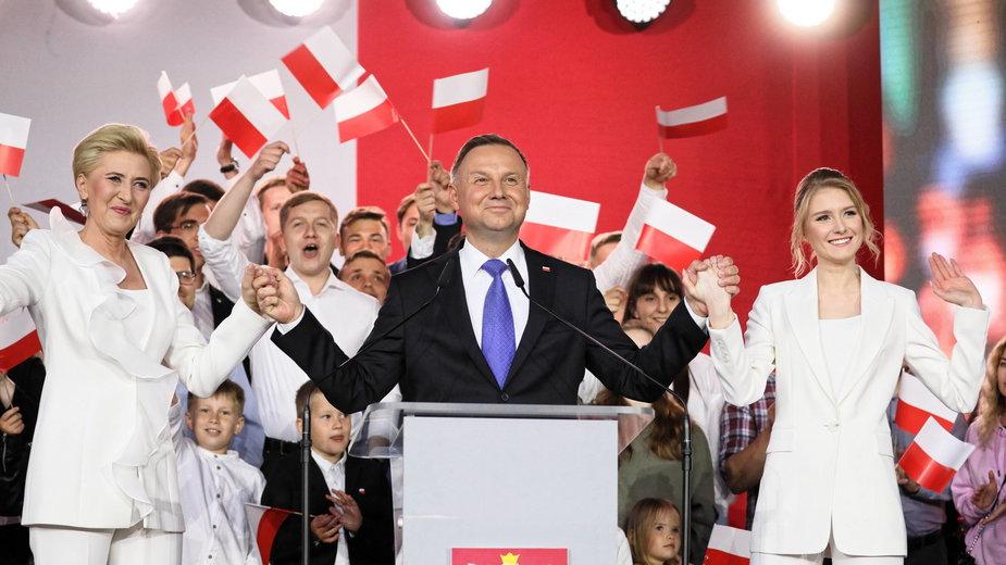 Prezydent Andrzej Duda z żoną i córką podczas wieczoru wyborczego