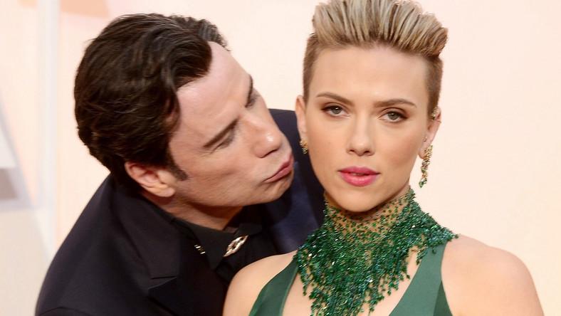 Luty 2015: John Travolta całuje Scarlett Johansson na gali Oscarów 2015.