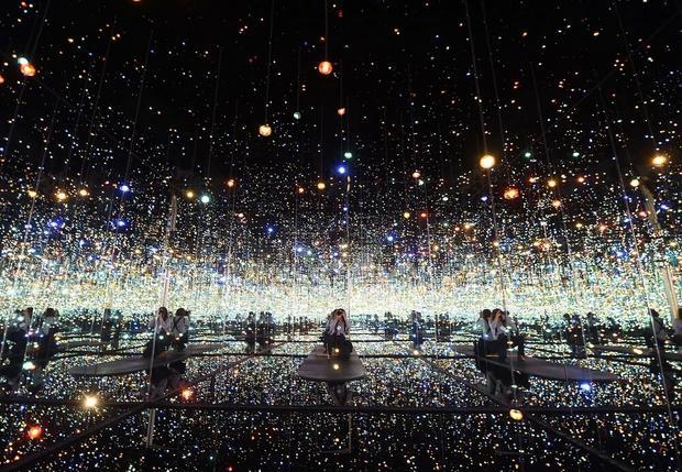 """""""Lustrzana sala nieskończoności - wypełniona świetlistością życia"""""""