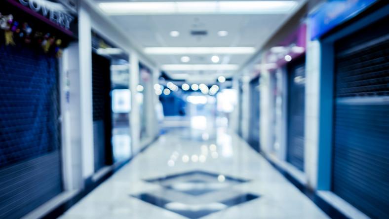 Zamknięte sklepy w centrum handlowym