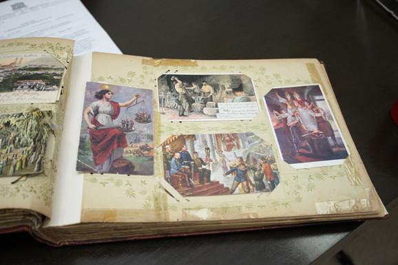 Poklonjena zbirka razglednica - foto Arhiv Vojvodine