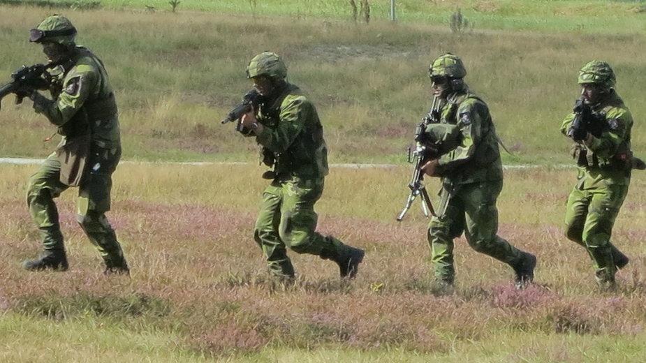 Szwedzcy żołnierze podczas ćwiczeń na poligonie