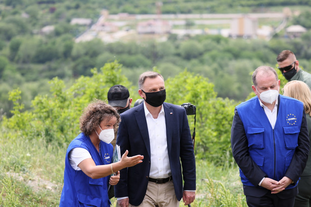 """Prezydent RP Andrzej Duda odwiedził punkt kontrolny przy """"linii rozgraniczenia"""" przy granicy z Osetią Południową w Odzisi"""