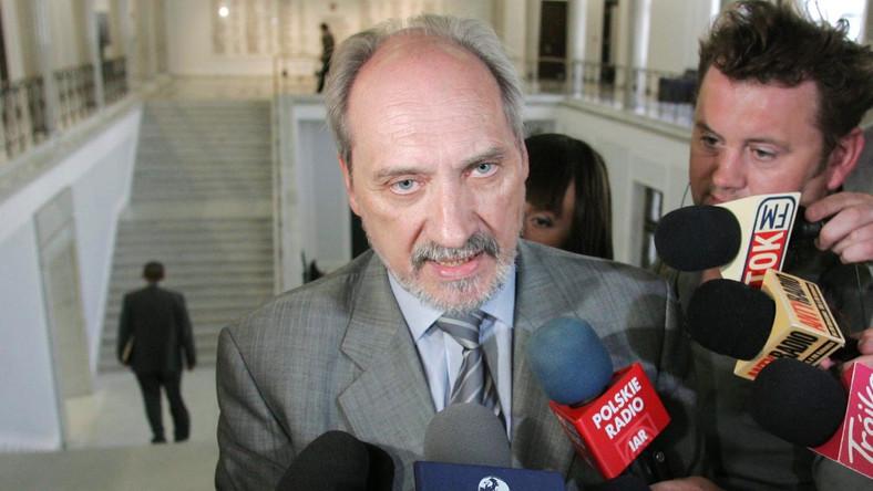 Macierewicz: Rząd wiedział o problemach na lotnisku