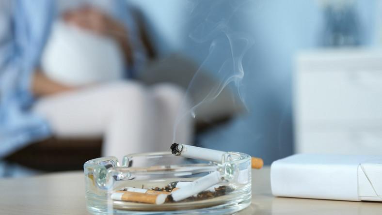 Kobieta w ciąży, dym papierosowy