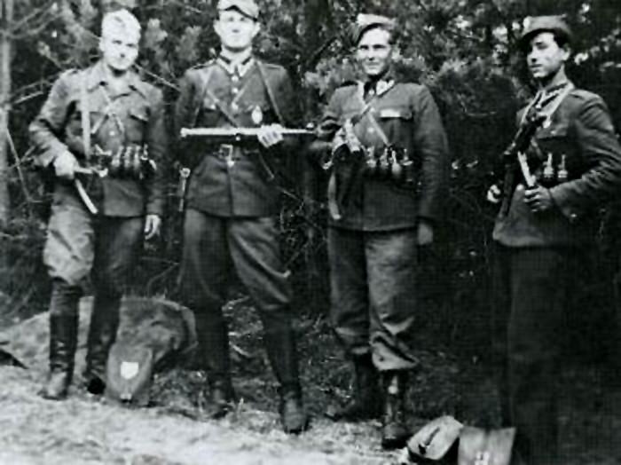 """Czerwiec 1947. Żołnierze Wyklęci antykomunistycznego podziemia. Od lewej: Henryk Wybranowski """"Tarzan"""" (+ XI 1948), Edward Taraszkiewicz """"Żelazny"""" (+ X 1951), Mieczysław Małecki """"Sokół"""" (+ XI 1947), Stanisław Pakuła """"Krzewina""""."""